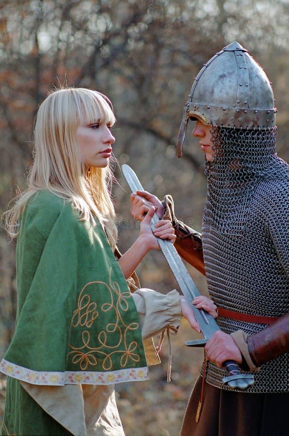 Jeunes couples médiévaux image libre de droits