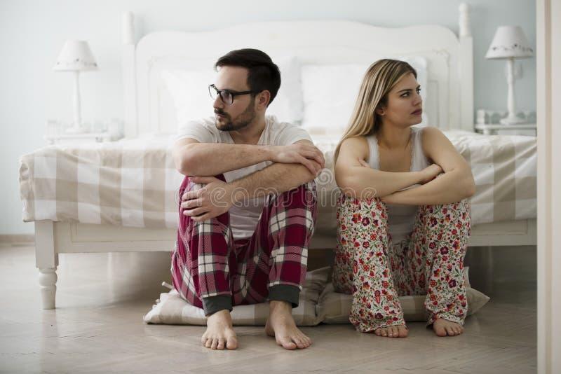 Jeunes couples malheureux ayant des difficultés dans les relations photos stock