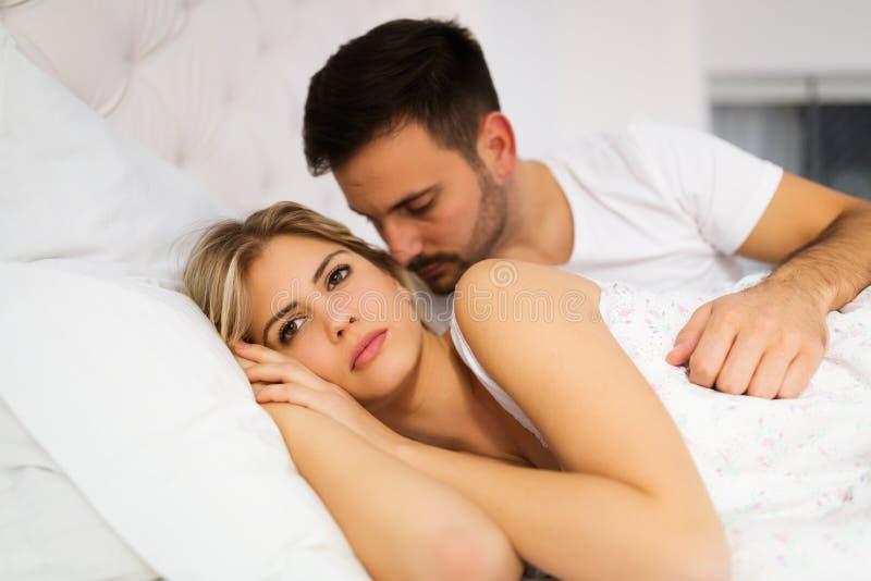 Jeunes couples malheureux ayant des problèmes dans les relations photos libres de droits
