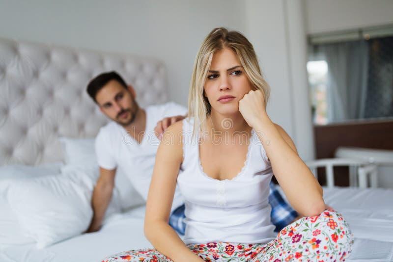 Jeunes couples malheureux ayant des problèmes dans les relations images stock