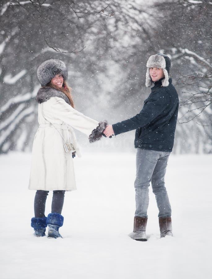 Jeunes couples marchant en stationnement photos stock