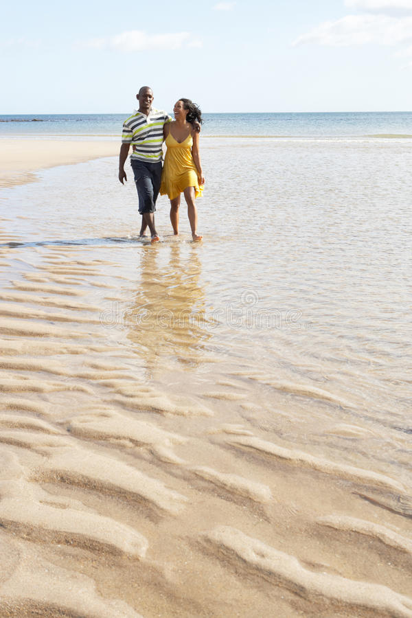 Jeunes couples marchant le long de la fixation H de rivage images stock
