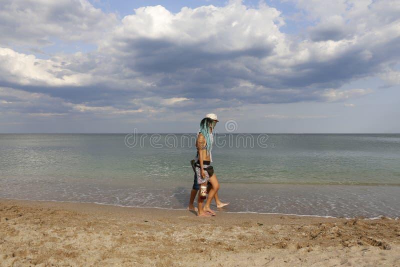 Jeunes couples marchant par la mer photos libres de droits