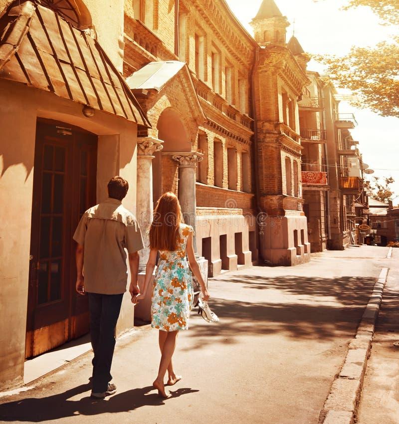 Jeunes couples marchant sur la rue en été de jour ensoleillé images stock