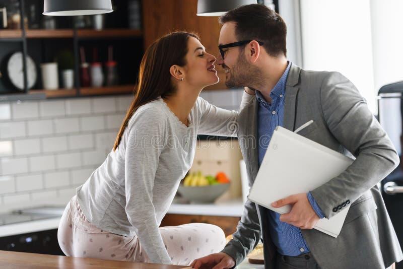 Jeunes couples mari?s beaux pendant le matin Homme allant fonctionner images stock