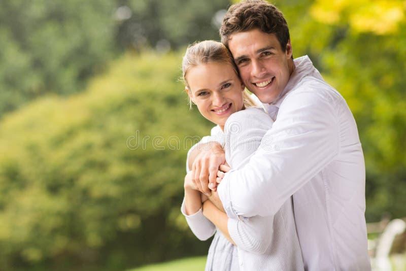 Jeunes couples mignons photographie stock libre de droits