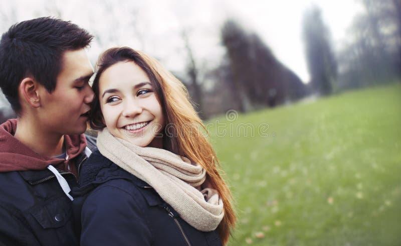 Jeunes couples mignons partageant le beau temps sur le parc photographie stock libre de droits