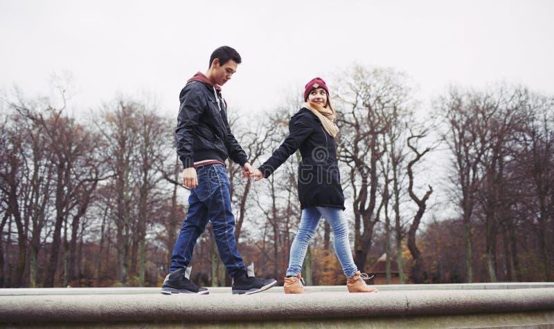 Jeunes couples mignons pour une promenade ensemble images stock