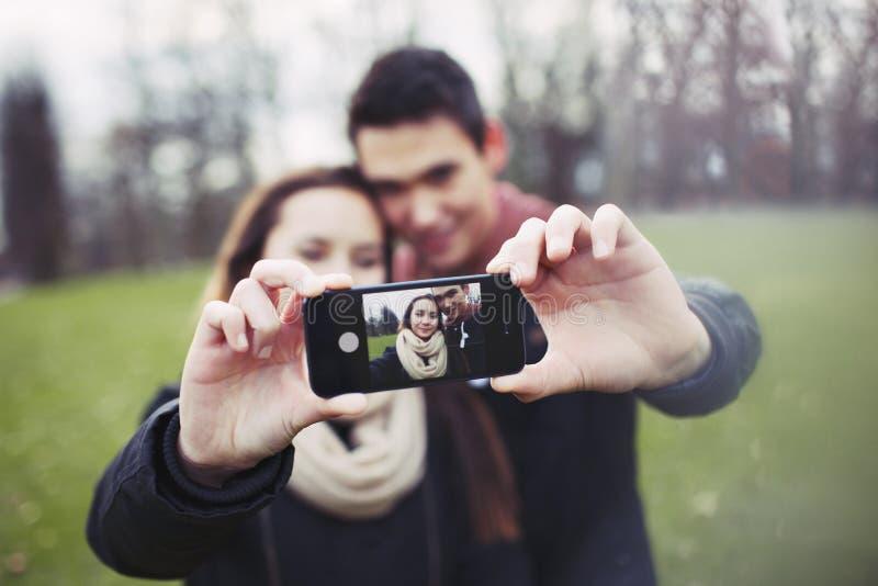 Jeunes couples mignons prenant un autoportrait image libre de droits