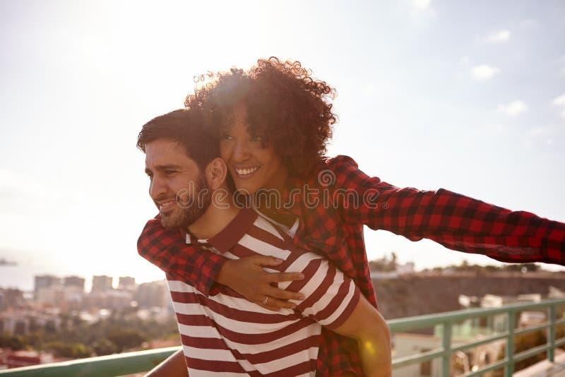 Jeunes couples milennial espiègles et riants image libre de droits