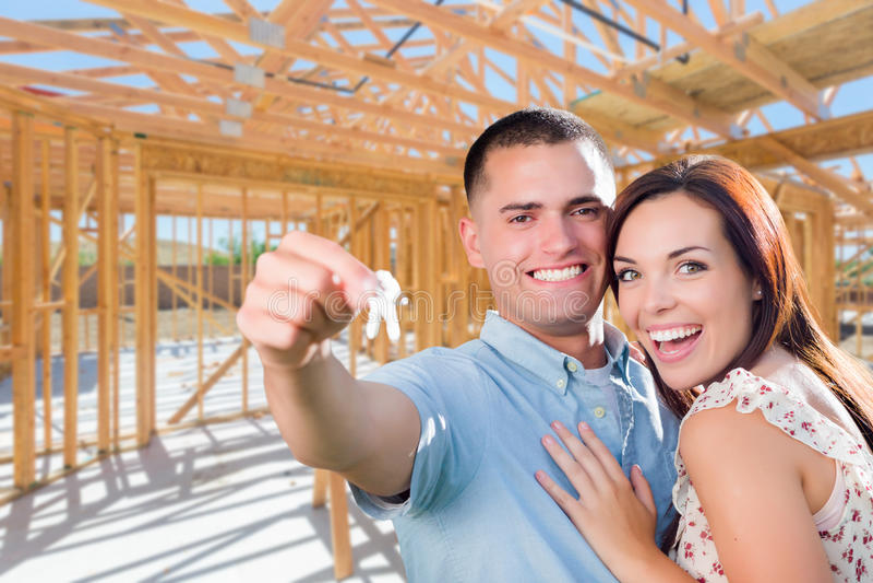 Jeunes couples militaires sur le site avec des clés de Chambre à l'intérieur de leur nouveau H photo libre de droits