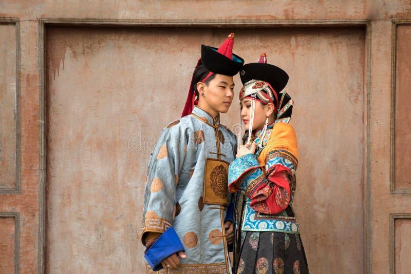 Jeunes couples mongols dans un vieux costume mongol photographie stock