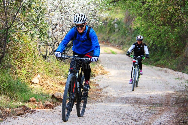 Jeunes couples montant un vélo photographie stock libre de droits