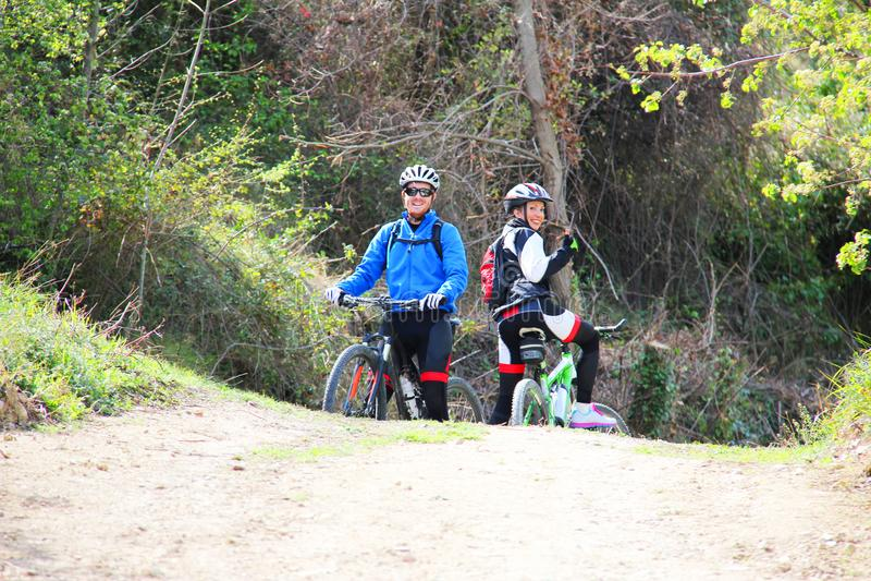 Jeunes couples montant un vélo photo stock
