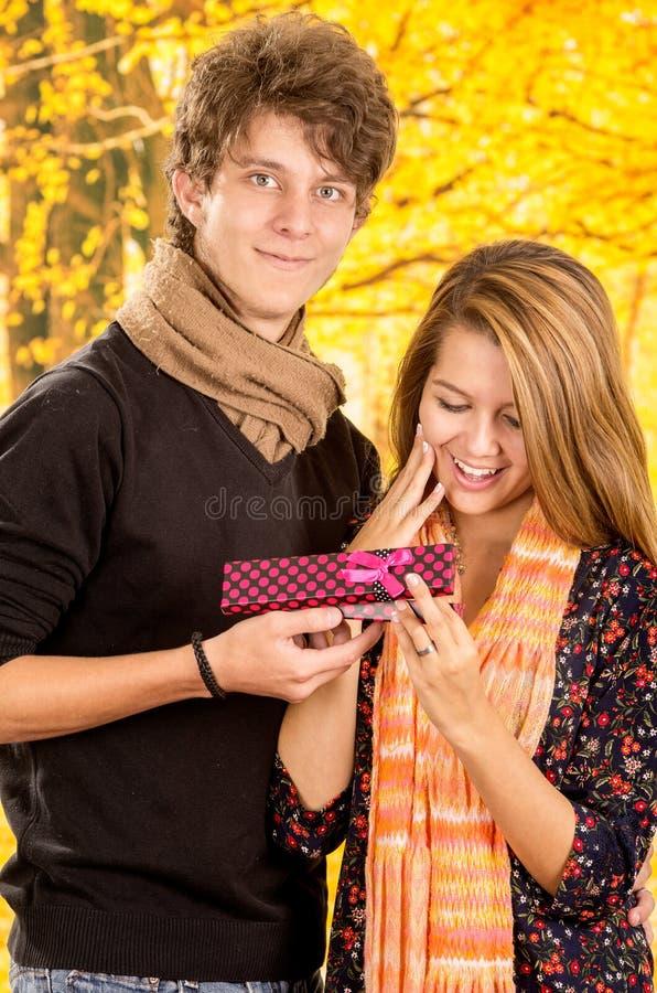 Jeunes couples montrant leur amour pour la pose d'appareil-photo image stock