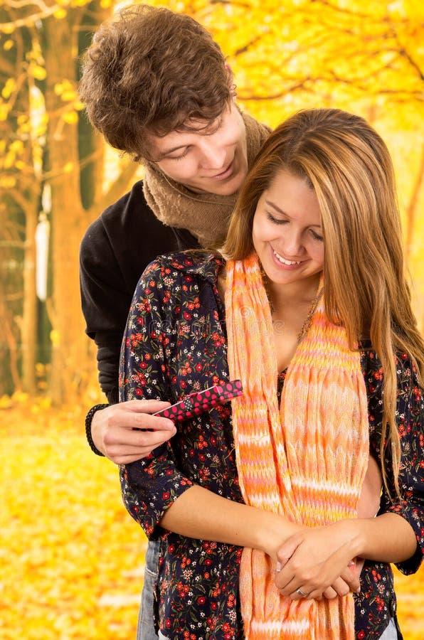 Jeunes couples montrant leur amour pour la pose d'appareil-photo image libre de droits