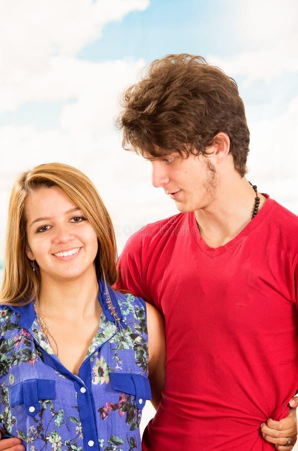 Jeunes couples montrant leur amour pour la pose d'appareil-photo photos stock
