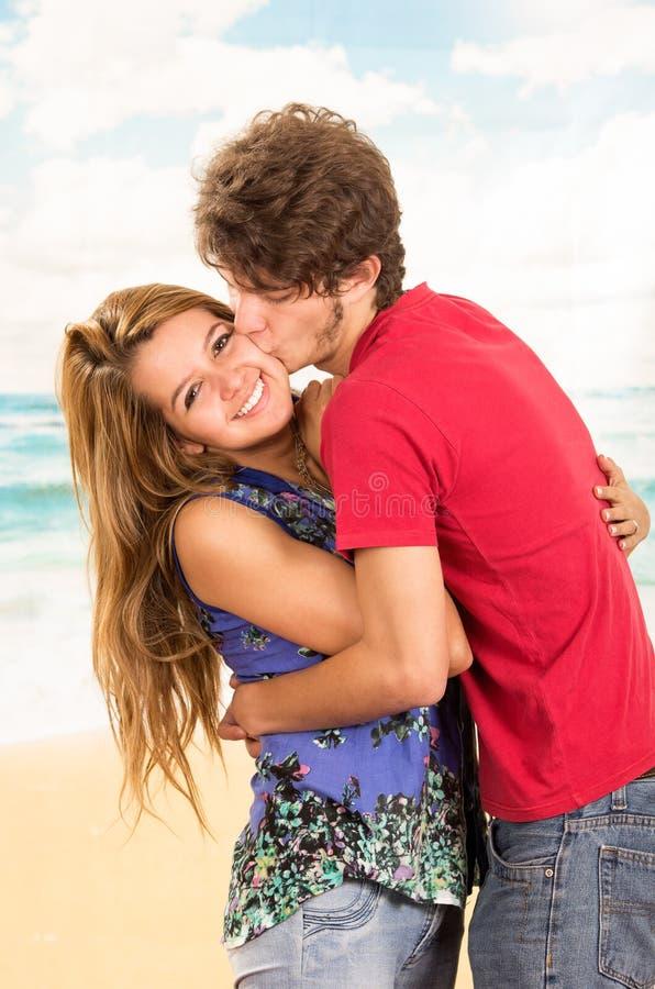 Jeunes couples montrant leur amour pour la pose d'appareil-photo images stock