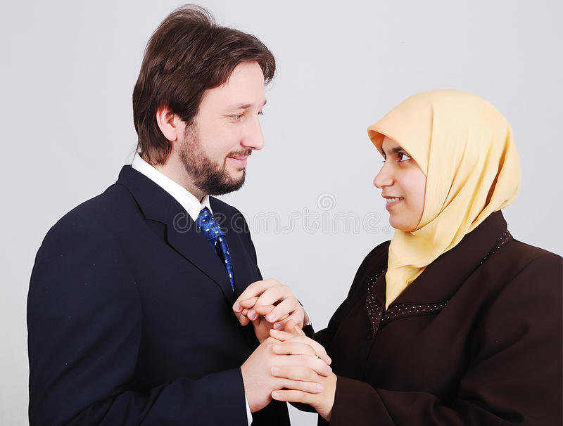 Jeunes couples musulmans regardant l'un l'autre image stock