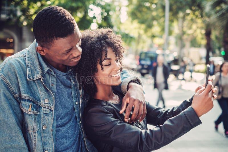 Jeunes couples noirs heureux dehors image stock