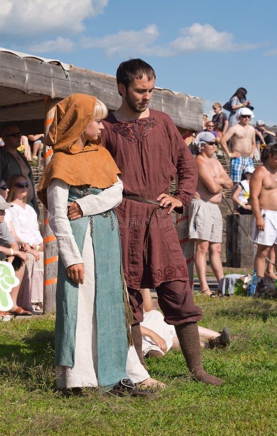 Jeunes couples non identifiés dans des vêtements médiévaux à un historique au sujet de images stock