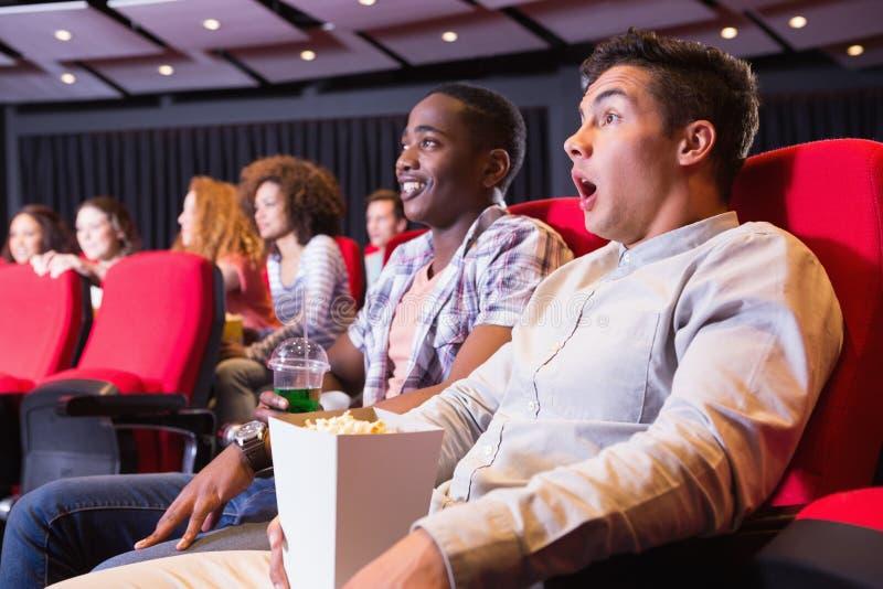 Jeunes couples observant un film photographie stock libre de droits