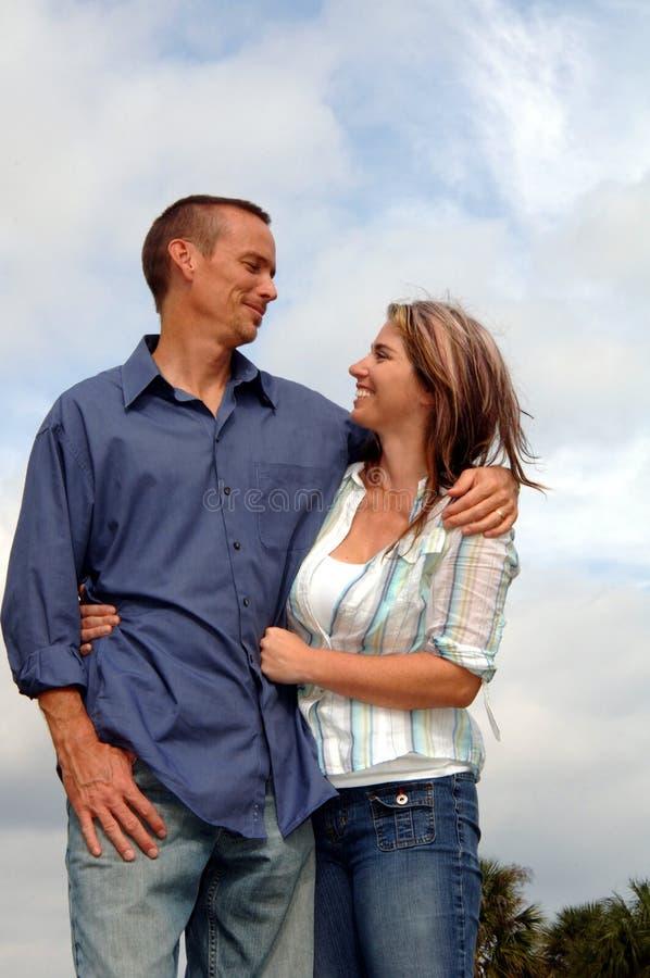 Jeunes couples occasionnels heureux image stock