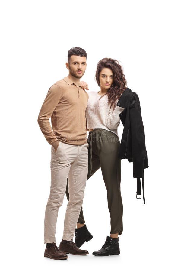Jeunes couples occasionnels se tenant et posant images stock