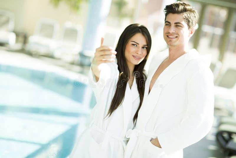 Download Jeunes Couples Par La Piscine Photo stock - Image du amour, mâle: 77153302