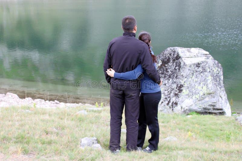 Jeunes couples par un lac photos libres de droits