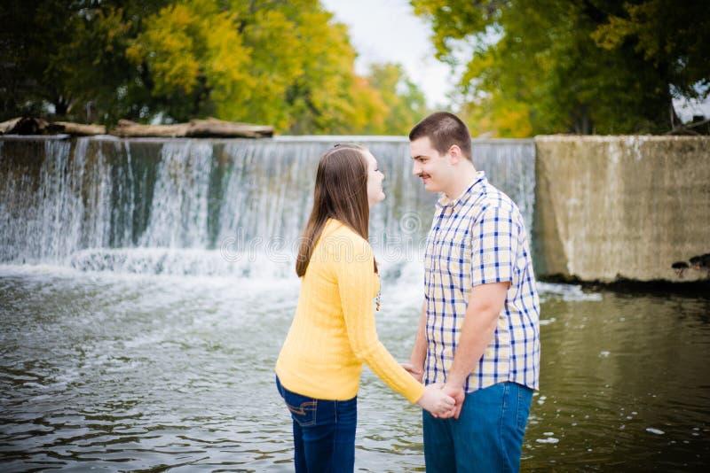 Jeunes couples par Waterfall photos stock
