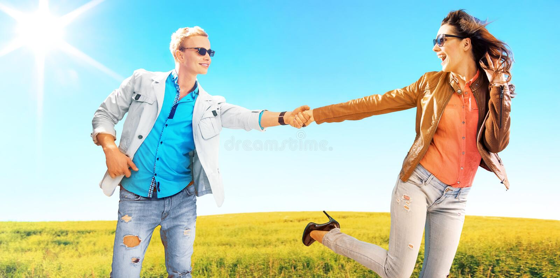 Jeunes couples parmi les gisements de canola photo libre de droits