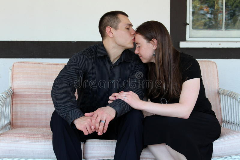 Jeunes couples partageant un moment tendre photo stock