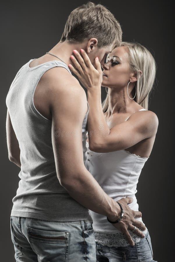 Jeunes couples passionnés dans l'amour photo libre de droits