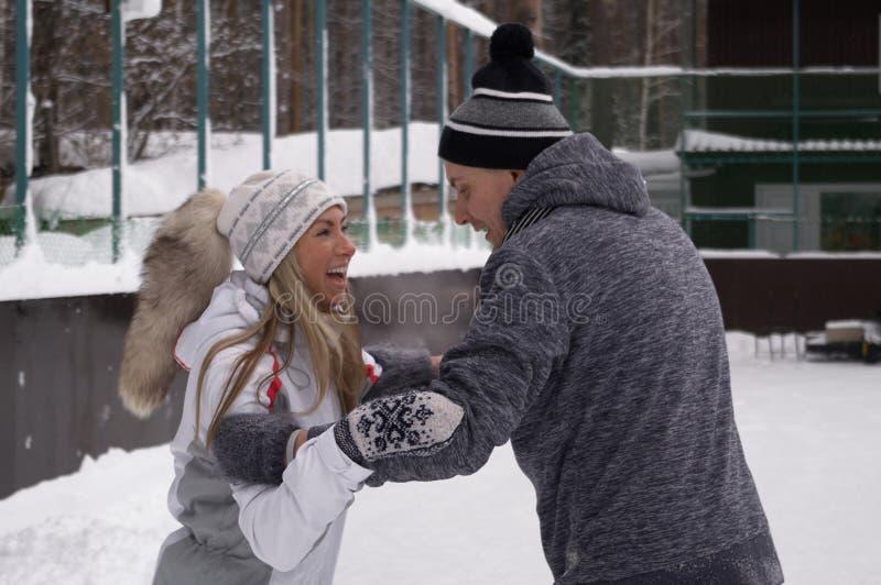 Jeunes couples patinant ? une piste de patinage publique de glace dehors dans la ville photo libre de droits