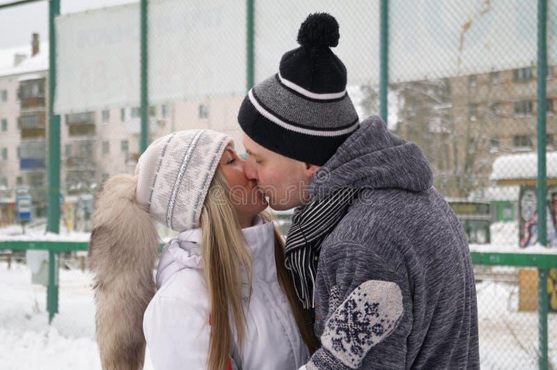 Jeunes couples patinant ? une piste de patinage publique de glace dehors dans la ville image libre de droits