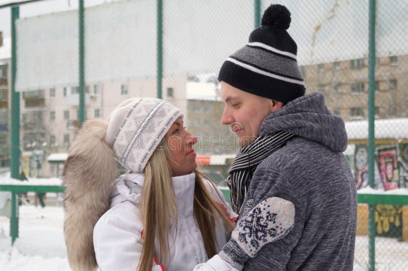 Jeunes couples patinant ? une piste de patinage publique de glace dehors dans la ville photos libres de droits