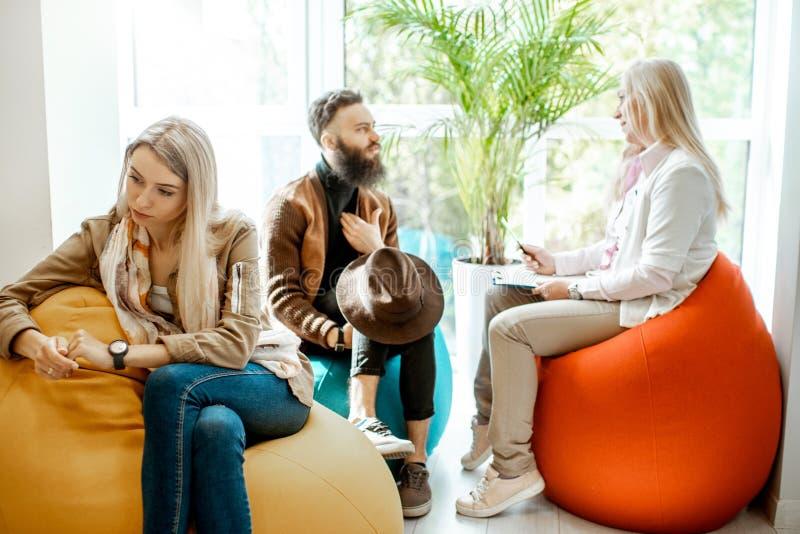 Jeunes couples pendant la consultation psychologique avec le psychologue photos libres de droits