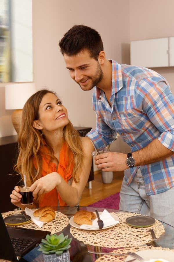 Jeunes couples pendant le matin image stock