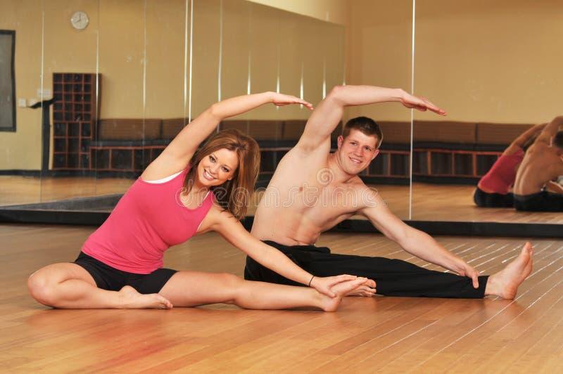 Jeunes couples pendant une session de yoga photographie stock