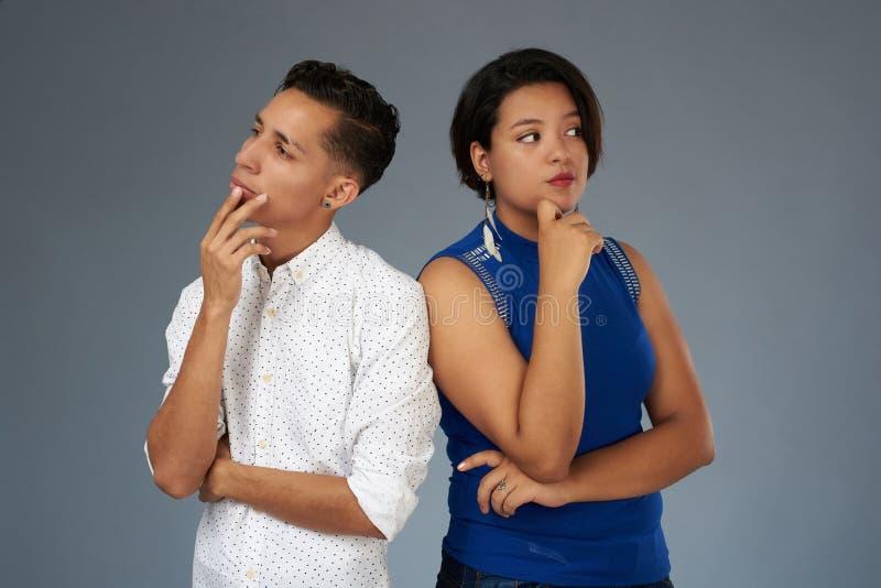 Jeunes couples pensant sur le problème photos libres de droits