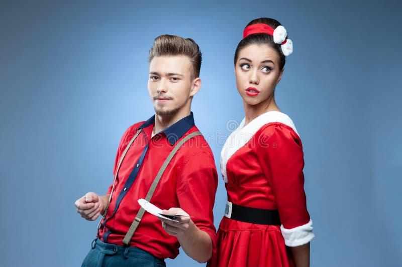 Jeunes couples portant les vêtements colorés de vieux-mode photos stock