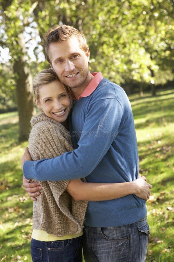 Jeunes couples posant en stationnement images libres de droits