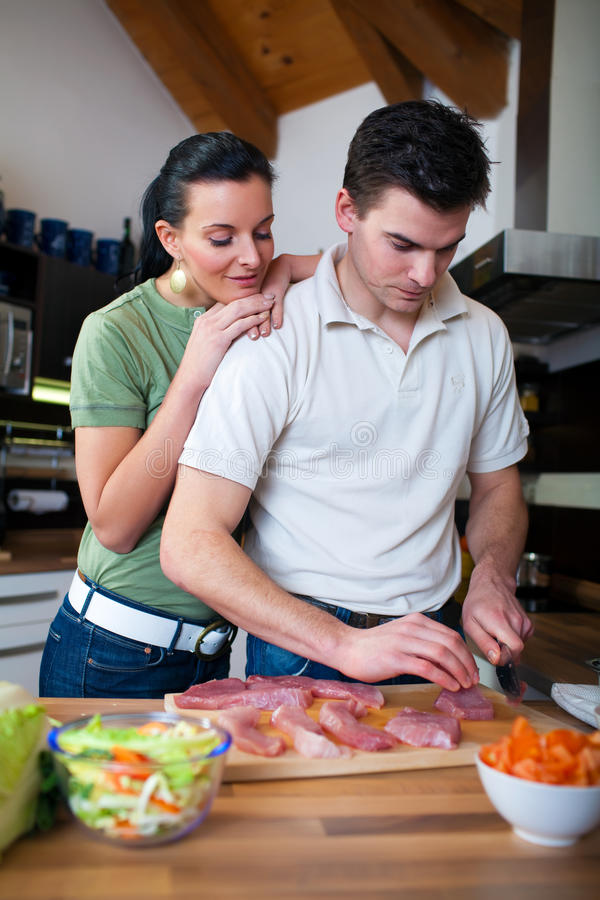 Jeunes couples préparant le déjeuner dans la cuisine photos libres de droits