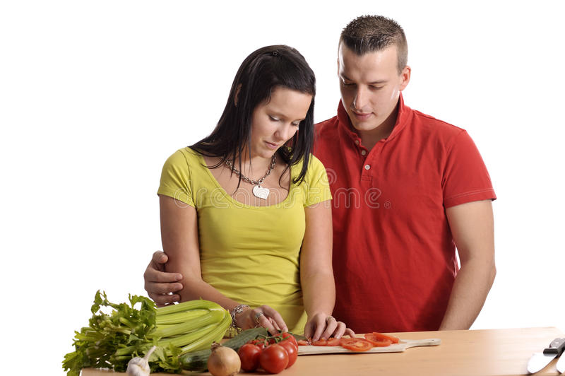 Jeunes couples préparant le dîner photographie stock libre de droits