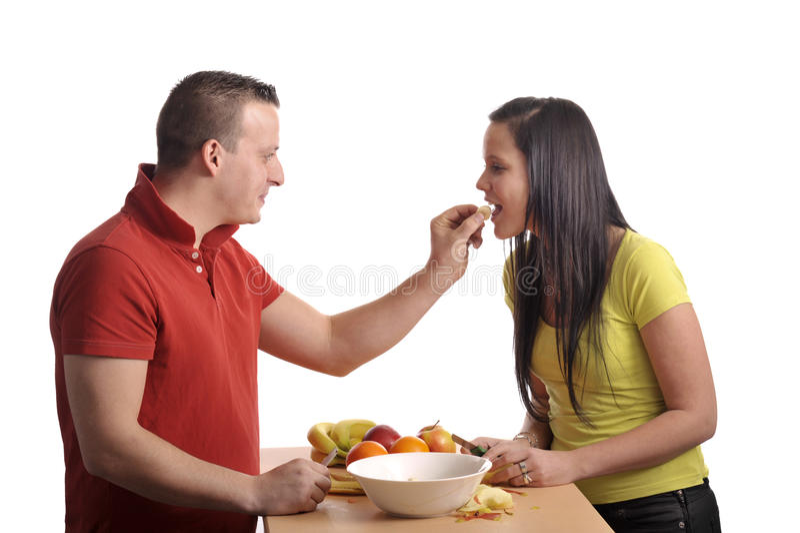 Jeunes couples préparant une salade de fruits image stock
