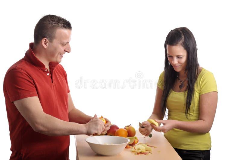 Jeunes couples préparant une salade de fruits image libre de droits