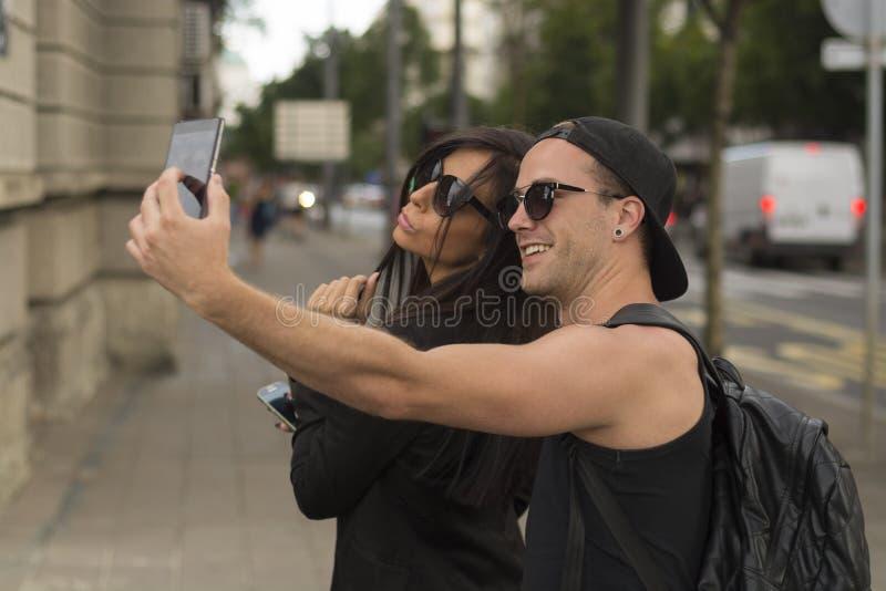 Jeunes couples prenant des selfies photos libres de droits