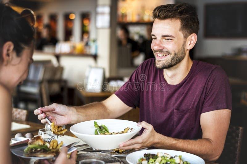 Jeunes couples prenant le déjeuner dans un restaurant images libres de droits