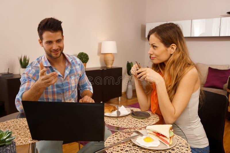 Jeunes couples prenant le petit déjeuner à la maison image stock
